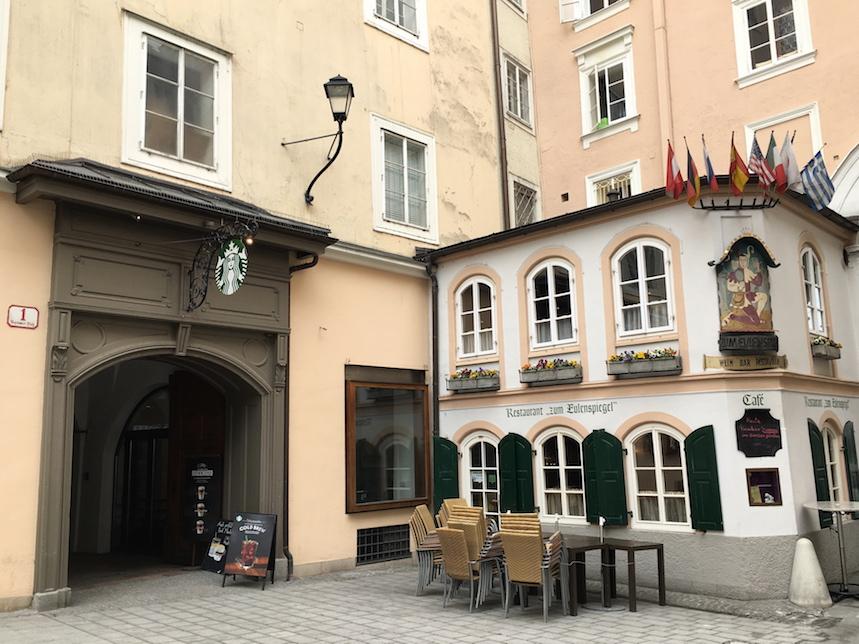 Salzburgのスタバです..隣は小さなレストラン.jpg